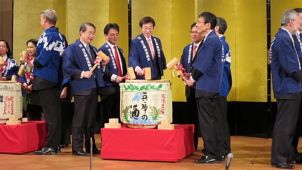 Kagamiwari (opening of ceremonial sake barrel)